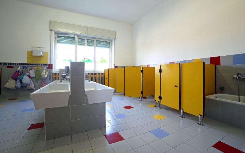 Kabina sanitarna w szkole