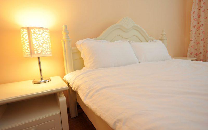 Wyjątkowe-lampy-nocne-do-Twojej-sypialni